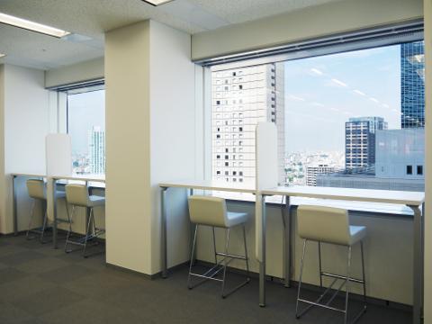 西新宿を眺めるカウンターデスク